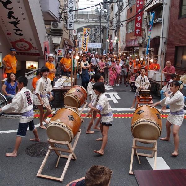 טוקיו עם בני נוער